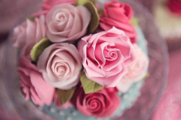 Sugar craft roses ontop of a cake