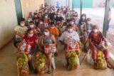 Moradores de Ceilândia recebem cestas básicas e kits de insumos