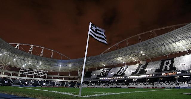 A convite do Botafogo, pastor faz orações no Estádio Nilton Santos