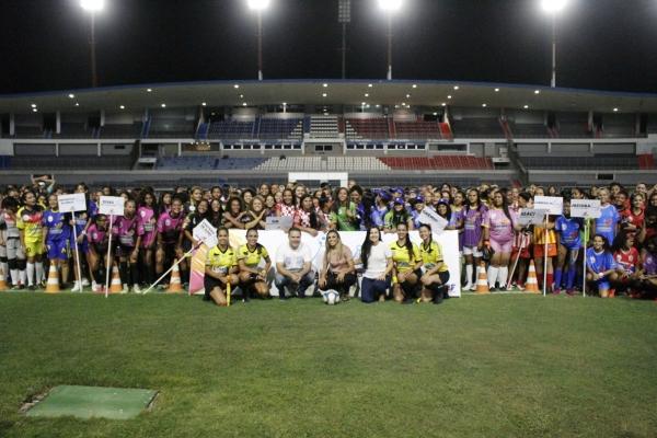 Festa de abertura da Copa Rainha Marta é comandada pela craque alagoana em Maceió