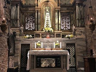 Interno della Santa Casa della Santa Famiglia di Nazareth custodita all'interno della Basilica di Loreto