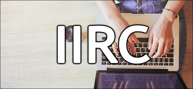 """IIRC"" على يد امرأة تكتب على جهاز كمبيوتر محمول."