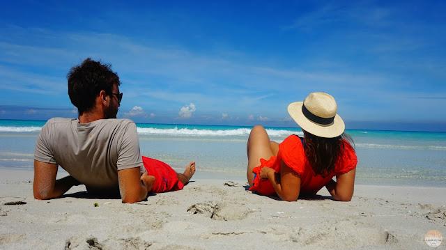 Adrián y yo tumbados frente al mar