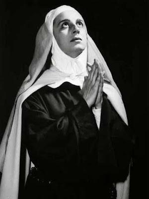 Una suora mentre prega