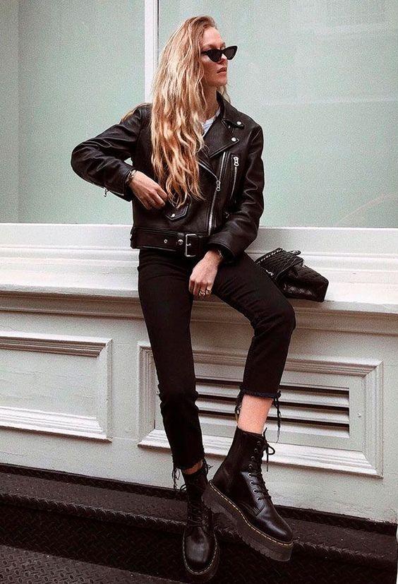 Look calça preta, jaqueta de couro e coturno preto
