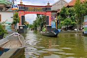 Jalan Terendam Banjir, Warga Gunakan Perahu Untuk Beraktifitas