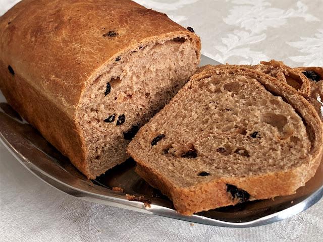 yeast bread, cinnamon raisin bread