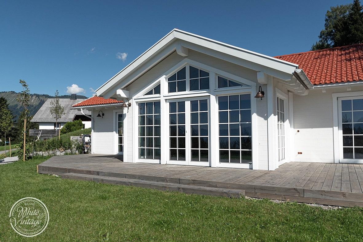 Schwedenhaus mit Holzterrasse.