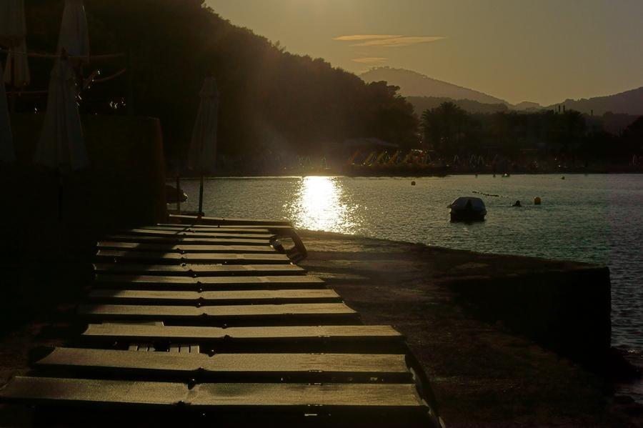 Blog + Fotografie by it's me fim.works - La Isla Blanca Ibiza, Cala Llonga, sinkende Sonne in der Bucht
