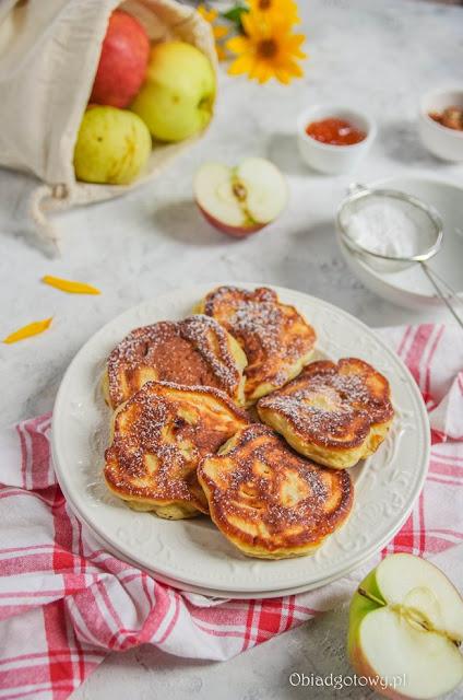Placuszki z jabłkami na talerzu posypane cukrem pudrem