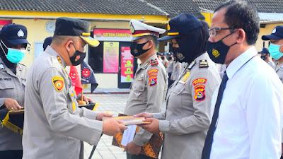 PENGHARGAAN: Kapolresta Mataram, Kombes Pol Hery Wahyudi,SIK menyerahkan penghargaan kepada para juara