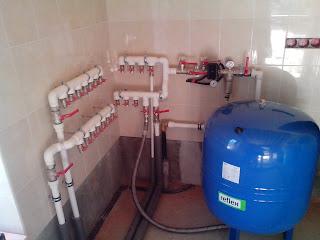 Процесс монтажа ввода холодной воды в дом и распределительных гребенок