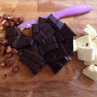 Cioccolato e burro per il Brownies Iai frutti di bosco e cioccolato bianco