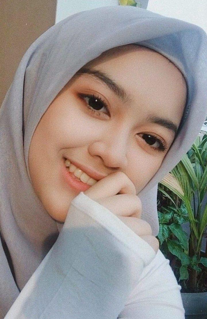 jilbab cantik abu-abu
