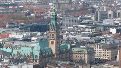 Luftaufnahme vom Hamburger Rathaus