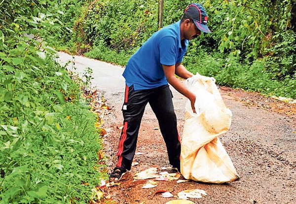 News, Bethurpara, Kasaragod, Teacher, Waste, Road, Vehicle, Teacher's single protests by collecting garbage dumped in public places under cover of darkness