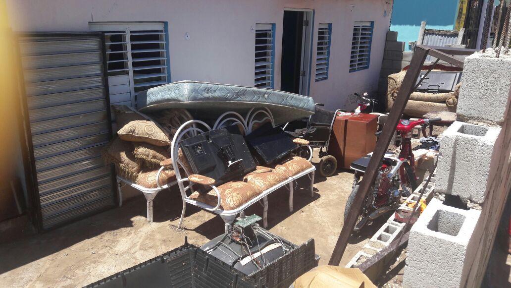 Bahoruco: Crecidas de arroyos inundan viviendas y dejan sedimentos en calles.