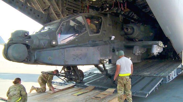 Apache AH-64 keluar dari pesawat kargo