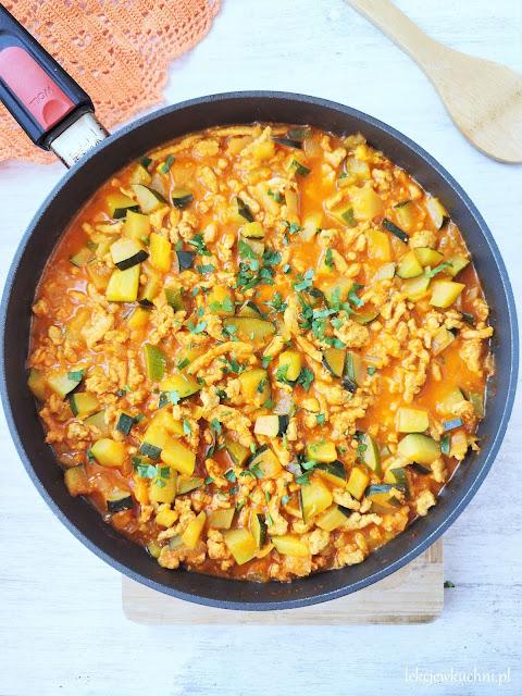 Mięso mielone z cukinią w sosie z curry przepis