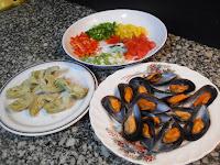 Ingredientes preparados para hacer los mejillones en ensalada