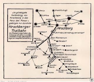 Linia tramwajowa w Jeleniej Górze (Hirschberg) wpisana w sieć komunikacyjną na przedwojennej ulotce; dostrzeżemy tu też pozostałe miejscowości, do których dojeżdżała kolejka: Cieplice (Bad Warmbrunn), Sobieszów (Hermsdorf) i Podgórzyn (Giersdorf)