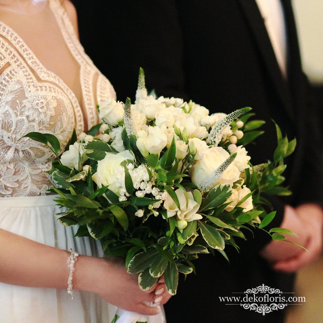 Biały bukiet ślubny w stylu boho frezja róże i eustomy