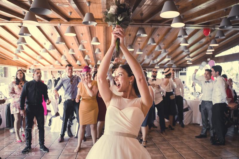 la novia tirando el ramo