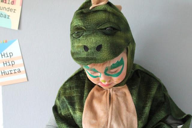 Schminke Dino Drache Verkleidungskiste Geschenkidee DIY Ideen Kostuem Karneval Kostueme Verkleiden Kinder Jules kleines Freudenhaus