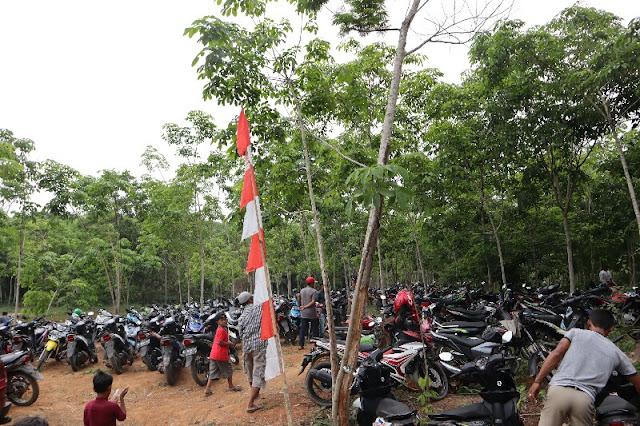 Foto ramainya tempat parkir di tempat wisata
