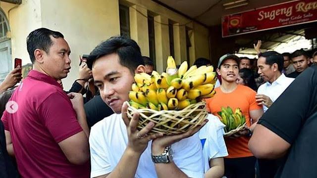 Jokowi Membeli Alat Dapur Ulekan dan Centong Nasi, Ada Gibran dan Kaesang Sigap