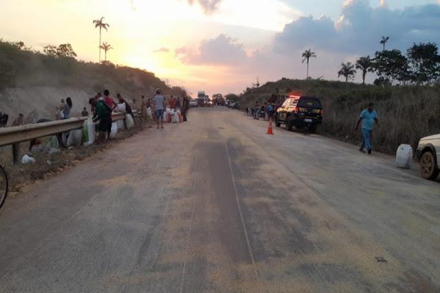 Parte de carreta se desprende e tomba na BR-319 em Porto Velho; carga é saqueada