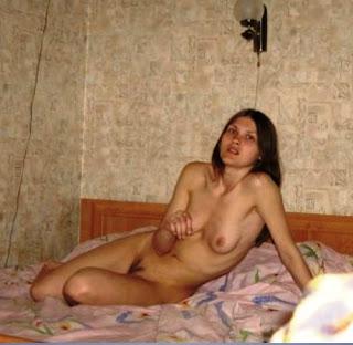 Tânăra soție cu un inel pe degetul ei se masturbează