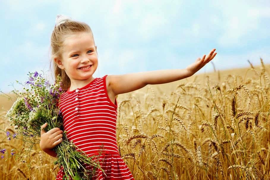 sevimli-küçük-kız buğday-alan-buket-bebek