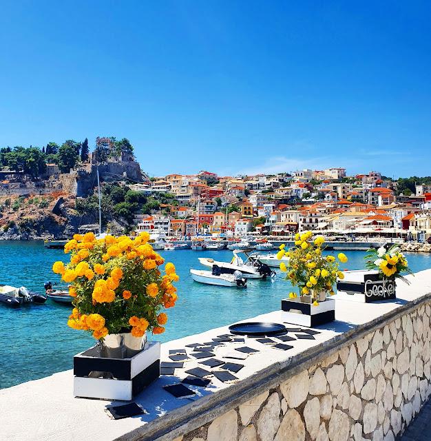 Το ελληνικό καλοκαίρι είναι άρρηκτα συνδεδεμένο με τα αμέτρητα, υπέροχα, μικρά και μεγάλα, δημοφιλή και λιγότερο γνωστά, κοσμικά και εναλλακτικά, οργανωμένα και χαλαρά νησιά της χώρας μας στα νερά του Αιγαίου και του Ιονίου.
