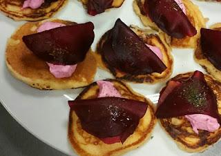 blinis con salmón ahumado y queso mascarpone alocados en la cocina