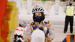 Polwan Cantik Tertibkan Protokol Kesehatan di Kawasan Wisata Lombok Barat