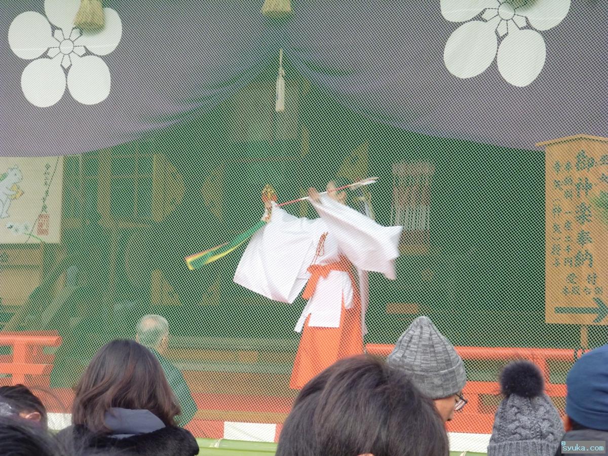 神楽舞を奉納する巫女