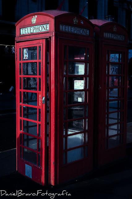 Típicas cabinas telefónicas londinenses de color rojo