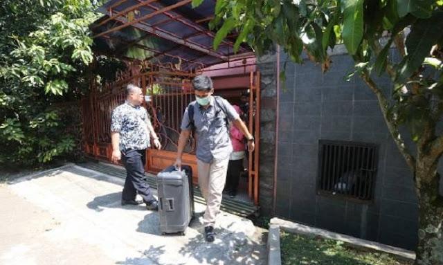 Penyidik KPK Bawa 2 Koper Dari Kediaman Iwa Karniwa
