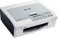 Le Brother DCP-153c tout-en-un est intégré avec un copieur à plat et un scanner sur le dessus, juste au-dessus du panneau de contrôle avec un petit écran d'affichage