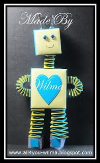 Een blauwe robot gemaakt van muizentrappetjes, vouwblaadjes en wiebeloogjes. A blue robot made of accordion papercrafts, thin paper and wiggle eyes.