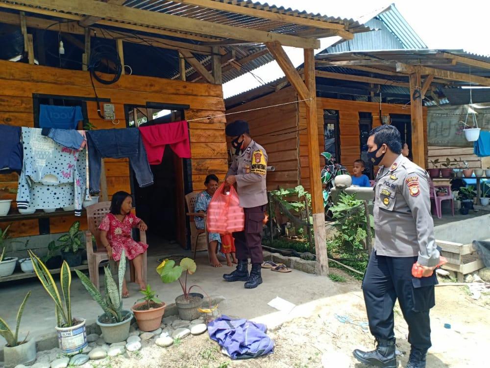 Polsek Baebunta Berbagi Makanan Kotak Kepada Pengungsi Di Huntar Dusun Lawadi