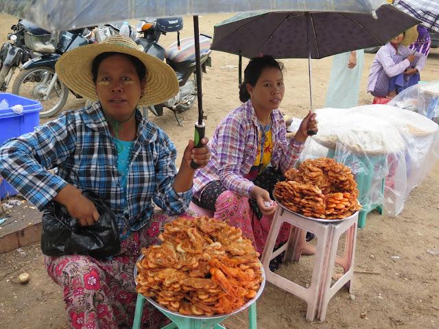 Vendedoras de tortitas en la Pagoda Bupaya