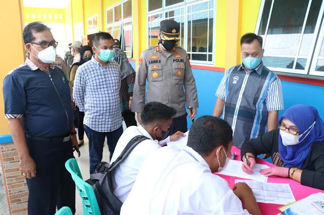 Kapolres Bersama Bupati Lingga Tinjau Vaksinasi Di SMK Negeri 1 Dabo Singkep.