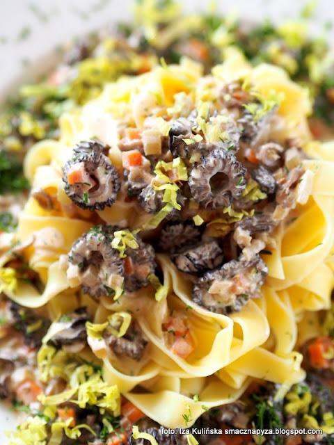 makaron wstążki w sosie smardzowo warzywnym , smardze , makaron jajeczny , grzyby , z grzybami , obiad , danie bezmięsne , domowe jedzenie , smardz