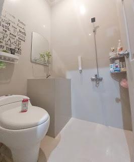 Desain kamar mandi minimalis dekorasi off white