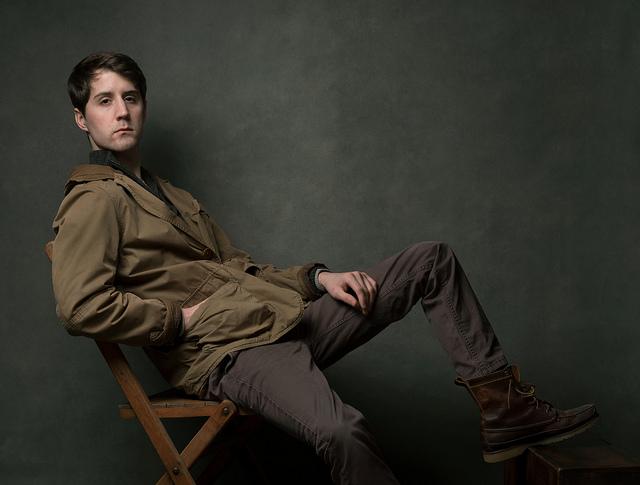 Портрет мужчины на стуле