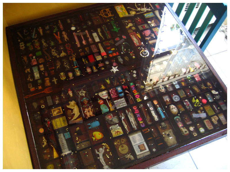 Mesa de resina  muy bonita con cosas encapsuladas.
