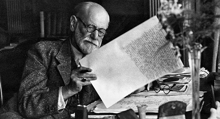 Зигмунд Фрейд в кабинете читает письмо