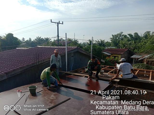 Personel Jajaran Kodim 0208/Asahan Bantu Warga Dalam Perehaban Atab Mushola Diwilayah Binaan